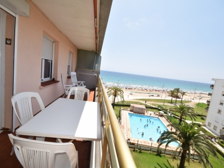 APARTMENT OVERLOOKING THE SEA AND DIRECT ACCES TO THE BEACH